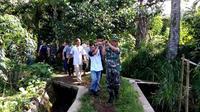 Warga mengevakuasi korban tenggelam di sebuah kolam di Kemutug Lor, Baturraden, Banyumas. (Liputan6.com/Tagana Banyumas/Muhamad Ridlo)