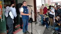 Gubernur Jawa Barat Ridwan Kamil usai menjalani pemeriksaan di Mapolda Jabar mengenai kasus kerumunan acara Megamendung Rizieq Shihab. (Liputan6.com/ Huyogo)