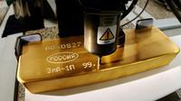 Pekerja menggunakan mesin untuk memberikan nomor seri pada emas batangan di pabrik logam mulia Krastsvetmet, Rusia, 24 Oktober 2016. Krastsvetmet merupakan salah satu produsen terbesar di dunia dalam industri logam mulia (Reuters/Ilya Naymushin)