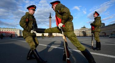 Tentara Rusia melakukan pemanasan jelang latihan untuk parade militer kemenangan di Dvortsovaya di Saint Petersburg (3/5). Rusia akan merayakan ulang tahun ke-72 dari kemenangan atas Nazi Jerman di pada 9 Mei 1945. (AFP Photo/Olga Maltseva)