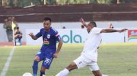 Pemain Barito Putra, Roni Beroperay (kanan) mencoba menghentikan gelandang PSIS, Shohei Matsunaga di Stadion Moch Soebroto, Magelang, Minggu (30/6/2019). (Bola.com/Vincentius Atmaja)