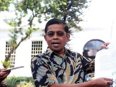 Idrus Marham menunjukan surat pengunduran diri sebagai Menteri Sosial kepada sejumlah wartawan di Istana, Jakarta, Jumat (24/8).(Liputan6/Pool/Gar)