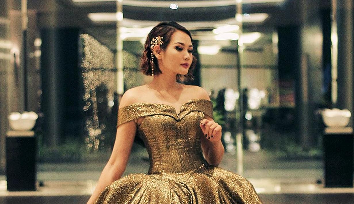 Alena Wu merupakan penyanyi kelahiran Malang, Jawa Timur, 9 November 1981. Alena Wu dalam karier bernyanyinya membidik pangsa pasar musik Mandarin di. Ia memulai single debutnya melalui lagu berjudul Lavender. (Liputan6.com/IG/@alenawuofficial)