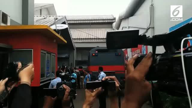 Wakil Gubernur DKI Jakarta Djarot Saiful Hidayat tiba di Rumah Tahanan Cipinang, Jakarta Timur. Sebagian warga terlihat menangis saat Mantan Bupati Blitar itu tiba di halaman rutan tempat Gubernur DKI Jakarta Basuki Tjahaja Purnama atau Ahok ditahan.