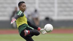 Kiper Timnas Indonesia U-22, Awan Setho, mengirim umpan saat latihan di Stadion Madya, Jakarta, Selasa (15/1). Latihan ini merupakan persiapan jelang Piala AFF U-22. (Bola.com/Yoppy Renato)