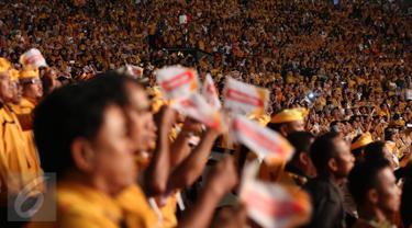Wiranto Berikan Panji Hanura saat Pelantikan Dewan Pimpinan Pusat