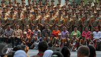 Presiden Jokowi berfoto bersama dengan Taruna Akademi Militer TNI dan Akpol saat acara silaturahmi di Istana Bogor, Selasa (18/8/2015). Silaturahmi ini berkaitan peringatan kemerdekaan HUT RI ke-70 di Istana Merdeka Jakarta.(Liputan6.com/Faizal Fanani)