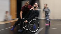 Penari dari Candoco Dance Company melakukan latihan jelang pertunjukan baru mereka di London utara, Inggris (13/4). Penari ini berupaya meningkatkan kesadaran publik mengenai karya-karya dari seniman penyandang disabilitas. (AFP Photo/Daniel Leal Olivas)