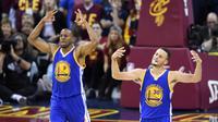 Guard Golden State Warriors, Stephen Curry (kanan) dan Andre Iguodala berrselebrasi saat laga kontra Cleveland Cavaliers di Quicken Loans Arena, Cleveland, Jumat (10/6/2016) dini hari WIB. (Reuters/Ken Blaze)