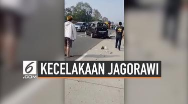 Terjadi kecelakaan tunggal di KM 36 ruas tol Jagorawi yang menewaskan 3 orang. Penyebab kecelakaan tunggal ini adalah pecahnya ban belakang dari mobil nahas tersebut.