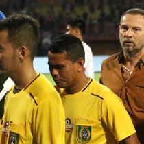 Pelatih Madura United, Dejan Antonic, tampak kesal melihat wasit yang memimpin pertandingan antara timnya melawan Persija Jakarta di laga pekan ke-14 Shopee Liga 1 2019, Jumat (16/8/2019). (Bola.com/Aditya Wany)