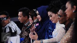 Artis asal Malaysia, Dato Siti Nurhaliza (tengah) mengomentari penampilan finalis D'Academy Asia 2 di Studio 5 Indosiar, Jakarta, Kamis (29/12). Weni unggul atas dua finalis lainnya, Rani dan Irsya ditempat ketiga. (Liputan6.com/Helmi Fithriansyah)