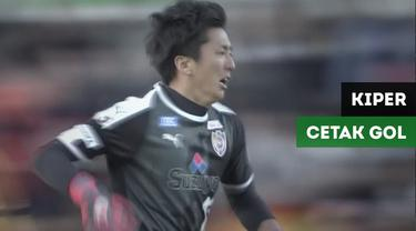 Kiper Shimizu S-Pulse, Yuji Rokutan, mencetak gol dan membuat skor menjadi 3-3 saat menghadapi Vissel Kobe dalam lanjutan Liga Jepang, Sabtu (24/11/2018).