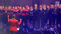 Konduktor Avip Priatna memimpin Konser Beat It A Tribute to Michael Jackson di Jakarta, Sabtu (1/12). The Resonanz Music Studio bersama Bakti Budaya Djarum Foundation menyelenggarakan konser untuk mengenang Michael Jackson. (New Fimela/Bambang Eros)