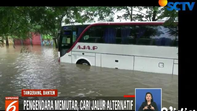 Sungai Cisadane tidak mampu menampung debit air banjir kiriman dari Bogor, Jawa Barat.