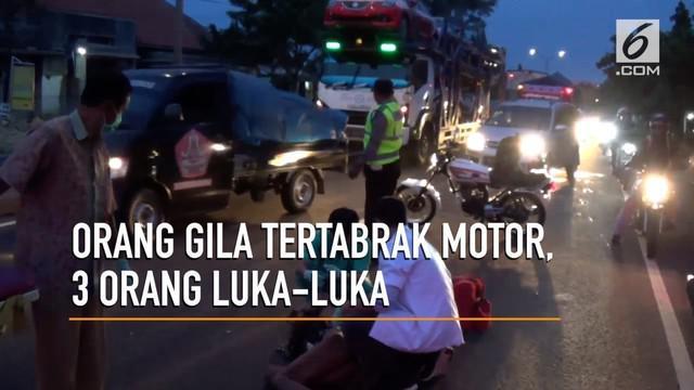 Terjadi kecelakan antara pengendara motor dan orang gila di jalan Poros Pantura, Lamongan. Tiga orang mengalami luka-luka.