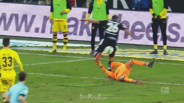 Berita video penyelamatan luar biasa kiper Augsburg, Marwin Hitz, dalam daftar yang terbaik pada pekan ke-23 Bundesliga 2017-2018. This video presented by BallBall.