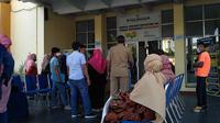 Orang tua siswa mendatangi Disdik Sumbar protes sistem zonasi. Liputan6.com/ Novia Harlina)