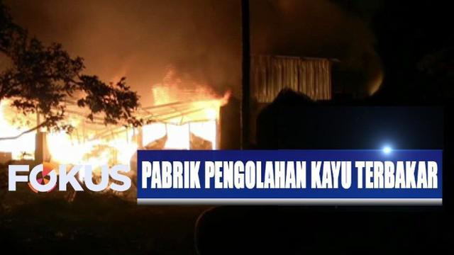 Kobaran api bahkan terlihat dari jalan nasional penghubung Surabaya-Banyuwangi yang berjarak cukup jauh dari lokasi.