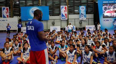 Pelatih Junior NBA, Chris Sumner, memberikan arahan kepada peserta tahap Selection Camp Junior NBA di Jakarta, Minggu (21/8/2016). Para peserta tahap Selection Camp dipilih 64 terbaik untuk lolos ke tahap National Training Camp. (Istimewa)