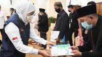 Gubernur Khofifah memberikan  tunjangan kehormatan bagi sekitar 4000 hafiz-hafizah se-Jatim di Gedung Negara Grahadi, Rabu (22/4/2020) sore.