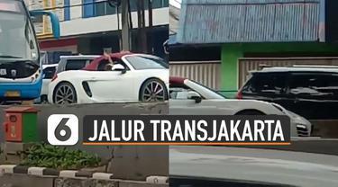 Terekam kamera netizen yang sedang melintas, mobil sport masuk jalur Transjakarta.