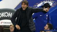 Ekspresi pelatih Chelsea, Antonio Conte saat memberikan arahan kepada timnya saat melawan Arsenal pada laga leg pertama semifinal Piala Liga Inggris di Stamford Bridge, London, (10/01/2018). Chelsea bermain imbang 0-0 lawan Arsenal. (AFP/Adrian Dennis)