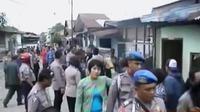 Polisi menggerebek kampung narkoba di Medan. Sementara itu, polisi periksa empat saksi perompakan di perairan Belawan.