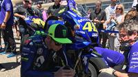 Pembalap Movistar Yamaha, Valentino Rossi saat akan beraksi pada balapan MotoGP Austin 2018. (Twitter/Yamaha MotoGP)