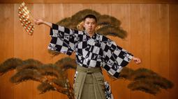 Kennosuke Nakamori berlatih di Kamakura Noh Theatre, Kamakura, Prefektur Kanagawa, Jepang, 29 Juli 2020. Pandemi COVID-19 telah memengaruhi teater di seluruh dunia, termasuk drama yang diturunkan dari generasi ke generasi sejak abad ke-14 ini. (Philip FONG/AFP)