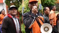 Seorang karyawan PT Pos Indonesia berorasi saat berunjuk rasa di depan Gedung Direksi PT Pos Indonesia, Jakarta, Senin (25/6). Para pengunjuk rasa tergabung dalam Serikat Pekerja PT Pos Indonesia. (Liputan6.com/Arya Manggala)