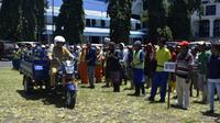 Walikota Bitung Maximiliaan J Lomban menyerahkan 10 unit kendaraan roda tiga pengangkut sampah untuk menunjang tugas tenaga kebersihan di Kota Bitung.