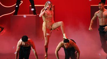 Penyanyi Taylor Swift beraksi di atas panggung American Music Awards 2019 Microsoft Theater di Los Angeles, California (24/11/2019). (Kevin Winter/Getty Images for dcp/AFP)