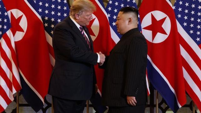 Presiden AS Donald Trump menjabat tangan pemimpin Korea Utara Kim Jong-un dalam sesi makan malam, Rabu 27 Februari 2019, di Hanoi, Vietnam. (AP / Evan Vucci)