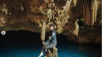 Dinda Hauw di Goa Rangko, Labuan Bajo. (dok.Instagram @dindahw/https://www.instagram.com/p/CE_oDD5sOAp/Henry)