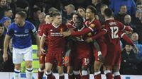Para pemain Liverpool merayakan gol yang dicetak oleh James Milner, ke gawang Everton pada laga Piala FA di Stadion Anfield, Jumat, (5/1/2017). Liverpool menang 2-1 atas Everton. (AP/Rui Vieira)