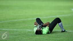 Penjaga gawang Sulawesi Selatan, Syaiful menutup wajah usai dikalahkan Jawa Barat di laga final PON XIX 2016 di Stadion Si Jalak Harupat, Kab Bandung, Rabu (28/9). Sulsel kalah adu penalti 5-4. (Liputan6.com/Helmi Fithriansyah)