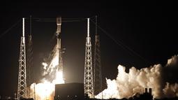 Roket Falcon 9 lepas landas dari Space Launch Complex 40 di Florida's Cape Canaveral Air Force Station, Amerika Serikat, Kamis (23/5/2019). SpaceX meluncurkan satelit Starlink ke orbit setelah batal melakukannya pada minggu lalu lantaran gangguan angin kencang. (AP Foto John Raoux)