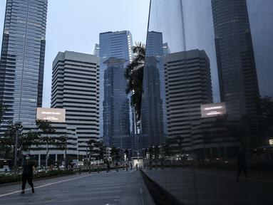 Warga berolahraga di Jalan Jenderal Sudirman, Jakarta, Sabtu (26/9/2020). Berdasarkan data pemerintah, jumlah kasus kumulatif positif COVID-19 hingga Sabtu (26/9/2020) mencapai 271.339 dan Jakarta kembali jadi provinsi penambahan kasus Covid-19 tertinggi. (Liputan6.com/Johan Tallo)