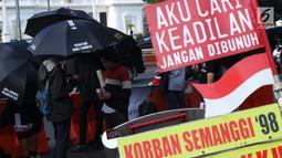 Peserta aksi Kamisan saat aksi di kawasan Silang Monas depan Istana Negara, Jakarta, Kamis (7/2). Seiring aksi Kamisan, JSKK meminta komitmen pemerintah untuk menyelesaikan kasus pelanggaran HAM masa lalu. (Liputan6.com/Helmi Fithriansyah)
