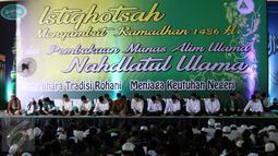 Presiden Jokowi (keempat kanan) bersama pimpinan NU dan sejumlah Menteri dan Kepala Lembaga Negara mengikuti Istighosah Nahdlatul Ulama (NU) di Masjid Istiqlal, Jakarta, Minggu (14/6/2015). (Liputan6.com/Helmi Afandi)