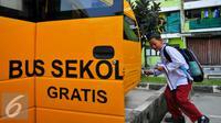 Siswa saat menaiki bus gratis di halaman rusun Muara Kapuk, Jakarta, Jumat (22/4/2016). Dua unit Bus gratis ini akan melewati rute Teluk Gong, Bandengan dan Jembatan Lima. (Liputan6.com/Yoppy Renato)