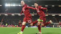 Gelandang serang Liverpool, Xherdan Shaqiri bersama Roberto Firmino merayakan golnya ke gawang Manchester United pada lanjutan pekan ke-17 Premier League di Stadion Anfield, Minggu (16/12). Dua gol Shaqiri membawa Liverpool menang 3-1. (PAUL ELLIS/AFP)