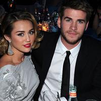 Kabar terbaru datang dari pasangan Miley Cyrus dan Liam Hemsworth. Selalu tampil mesra di depan umum, ternyata keduanya diberitakan sudah menggelar pernikahan secara diam-diam, benar kah? (AFP/Larry Bussaca)