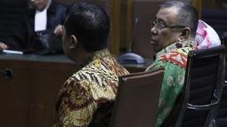 Terdakwa kasus suap pengadaan barang dan jasa di Pemkot Kendari, Asrun dan Wali Kota Kendari nonaktif, Adriatma Dwi Putra saat menjalani sidang lanjutan di Pengadilan Tipikor, Jakarta, Rabu (12/9). (Liputan6.com/Herman Zakharia)