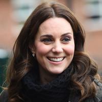 Kate Middleton tersenyum saat mengunjungi Dasar Robin Hood di London, Inggris (29/11). Kate Middleton tampil cantik mengenakan jaket berwarna cokelat dengan rambut terurai. (AFP Photo/Pool/Eddie Mulholland)