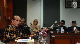 Pimpinan Komisi Yudisial, Maradaman Harahap (kiri) menjawab pertanyaan Aliansi Advokat Muda Indonesia di Jakarta, Kamis (18/5). AAMI melakukan audiensi dan memberikan dukungan moril kepada KY. (Liputan6.com/Helmi Fithriansyah)