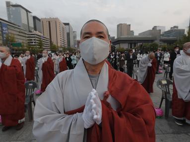Biksu mengenakan masker saat merayakan ulang tahun Buddha di Gwanghwamun Plaza, Seoul, Korea Selatan, Kamis (30/4/2020). Ulang tahun Buddha kali ini dirayakan di tengah pandemi virus corona COVID-19. (AP Photo/Ahn Young-joon)