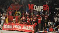 Para penonton dan supporter tidak henti-hentinya meneriakkan yel-yel dan dukungan untuk para pemain bulutangkis Indonesia.