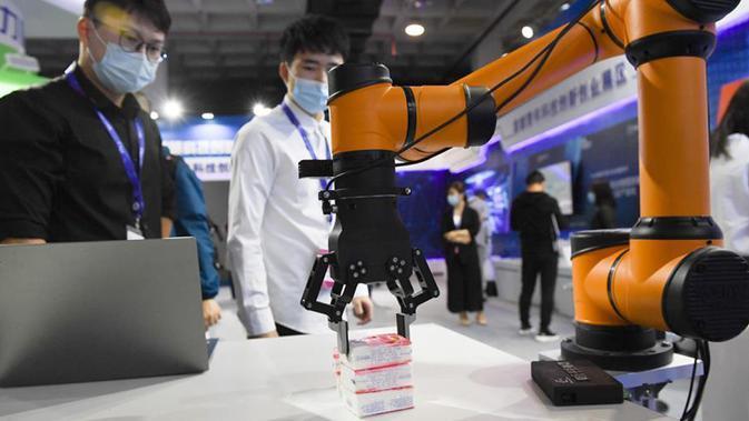 Orang-orang mengamati sebuah robot di Pameran Teknologi Tinggi Internasional Beijing China ke-23 di Beijing, ibu kota China, 17 September 2020. Pameran teknologi tinggi tersebut resmi dibuka di Beijing pada Kamis (17/9), dengan menampilkan deretan pencapaian teknologi terbaru. (Xinhua/Ju Huanzong)